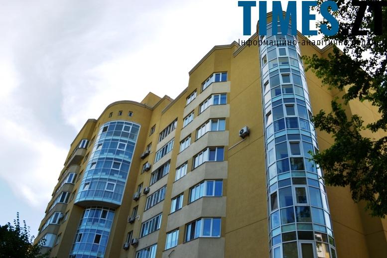 Будинок на вулиці Чорновола з оригінальними лоджіями. У Житомирі, де якісного житла дуже мало, вважається «елітним» – хоча за сучасною класифікацією це так званий бізнес-клас, трохи вищий за економ-клас