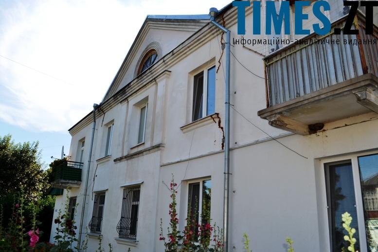 «Сталінка» з характерним трикутним фронтоном і слуховим вікном на даху (вул. Гагаріна)