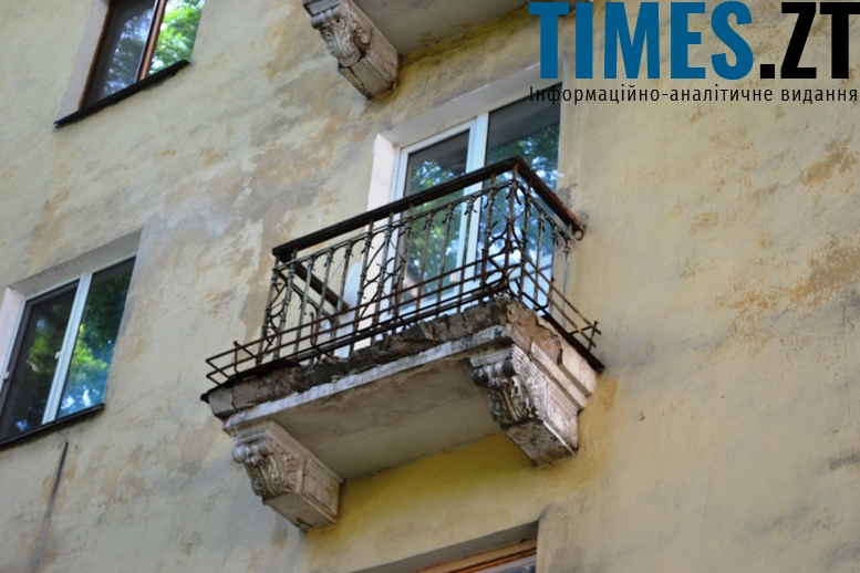«Старість – не радість»: більшість «сталінок» вирізняється аварійними балконами (вул. Велика Бердичівська)