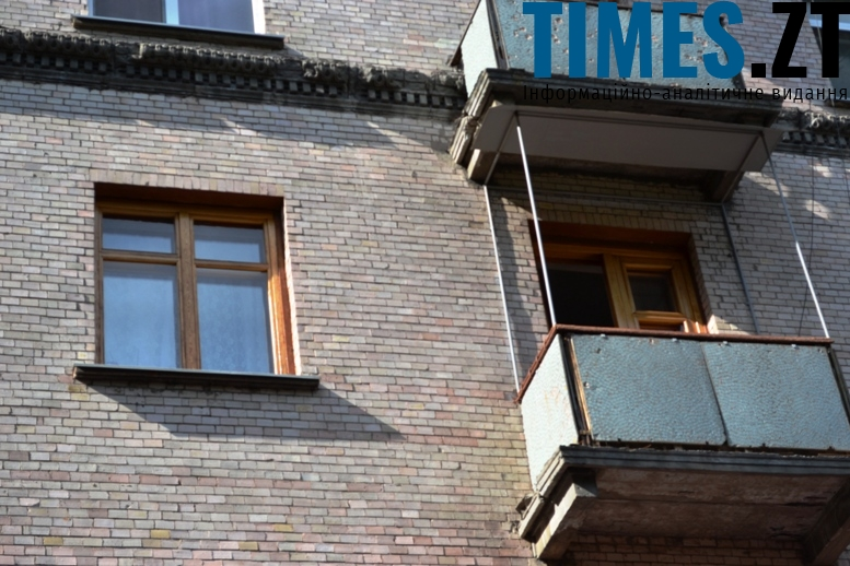 Балкони у «ранніх хрущовок» не такі пошарпані, як у «сталінок». Плитка пастельних відтінків, що імітує цеглу, тримається чудово – незважаючи на те, що будинкам близько 60 років (вул. Велика Бердичівська)