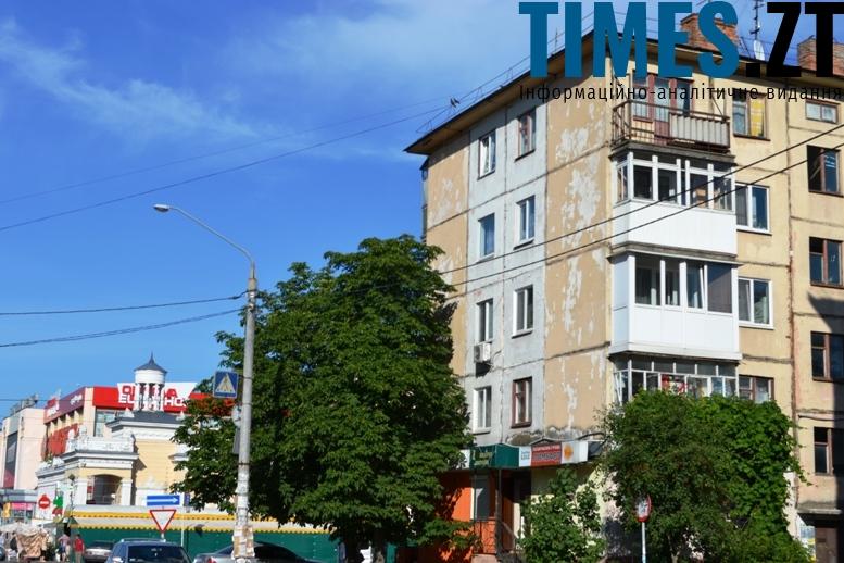 Панельна «пізня хрущовка» на вулиці Небесної Сотні. Це було найдешевше житло, яке будували в СРСР. Схожі будинки масово зводили і за часів Брежнєва – з обов'язковою прохідною кімнатою («залою») у двокімнатних та трикімнатних квартирах
