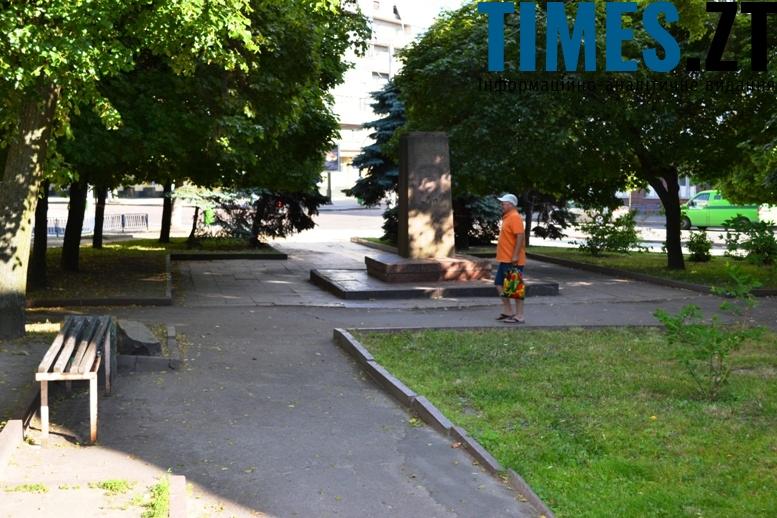 Театральна, міні-сквер біля колишнього пам'ятника К. Марксу: тут перехожі не затримуються