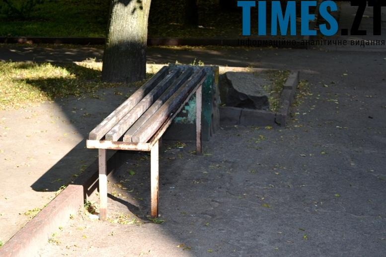 Стара лава у міні-сквері, на якій ніхто не сидить