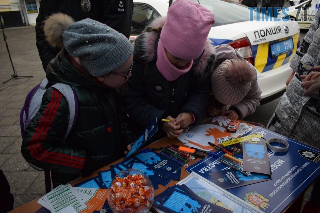 453d3af8 ba0c 43c6 bf81 22e5407ca0a2 1024x684 - Імбирні чоловічки, цукерки, браслети та інформаційні листівки — у Житомирі відбулась всеукраїнська акція «#ДійПротиНасильства» (ФОТО)