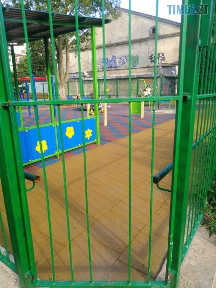 67723851 1150858451775196 6037784872037122048 n - Дозвілля на замку: в Житомирі на «майданчик Розенблата» тепер можна потрапити тільки через дірку в паркані (ФОТО)