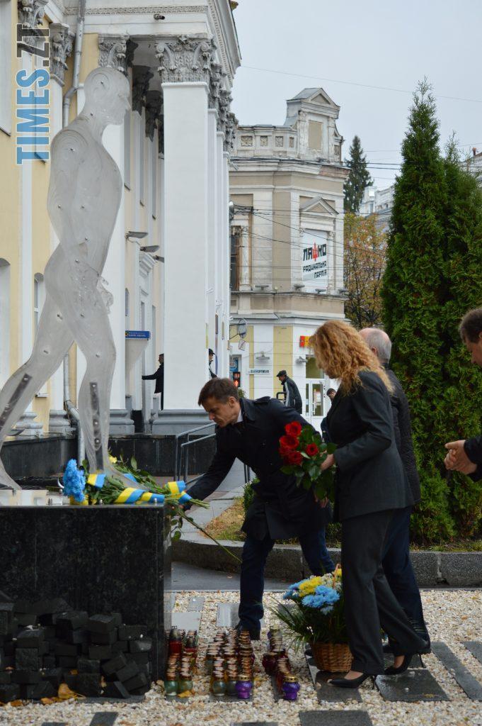 DSC 0146 e1570787502549 681x1024 - Герої не вмирають! Житомиряни долучилися до відзначення Дня захисника України (ФОТО)