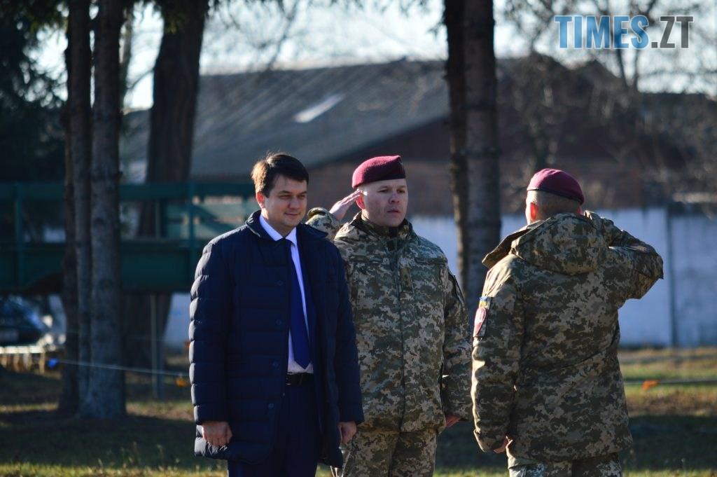 DSC 0178 1 1024x681 - Голова Парламенту України вручив відзнаки житомирським десантникам та побавився військовою технікою  (ФОТО)