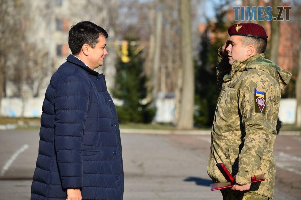 DSC 0226 1 1024x681 - Голова Парламенту України вручив відзнаки житомирським десантникам та побавився військовою технікою  (ФОТО)