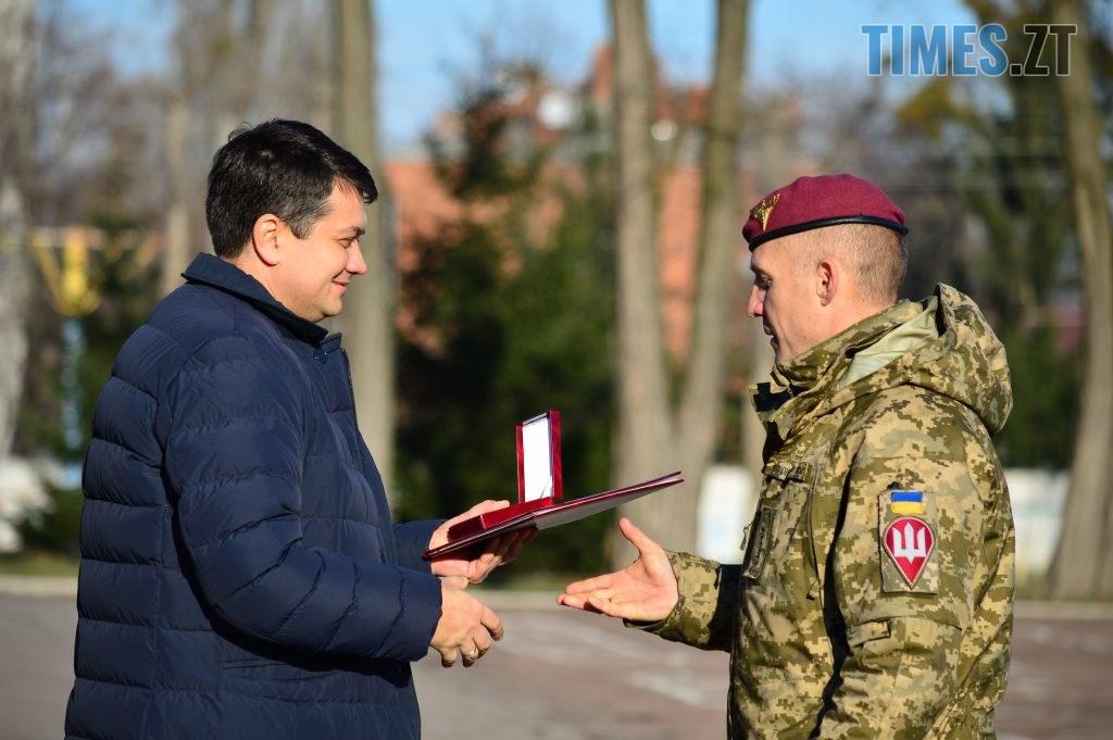 DSC 0235 1 1024x681 - Голова Парламенту України вручив відзнаки житомирським десантникам та побавився військовою технікою  (ФОТО)