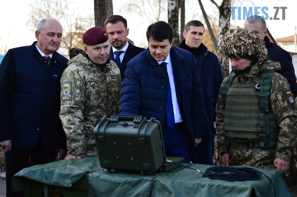 DSC 0312 1 1024x681 - Голова Парламенту України вручив відзнаки житомирським десантникам та побавився військовою технікою  (ФОТО)