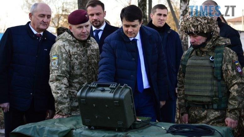 DSC 0312 1 777x437 - Голова Парламенту України вручив відзнаки житомирським десантникам та побавився військовою технікою  (ФОТО)