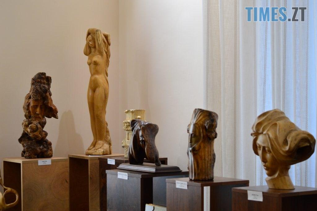 DSC 0406 1 1024x681 - Скульптури зі старого дерева та вражаючі картини: У Домі української культури триває виставка «Лісові фантазії» (ФОТО)