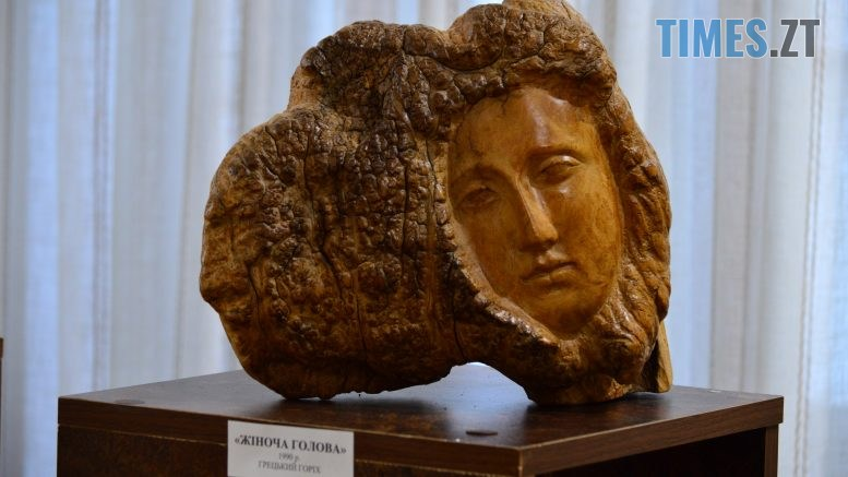 DSC 0407 1 777x437 - Скульптури зі старого дерева та вражаючі картини: У Домі української культури триває виставка «Лісові фантазії» (ФОТО)