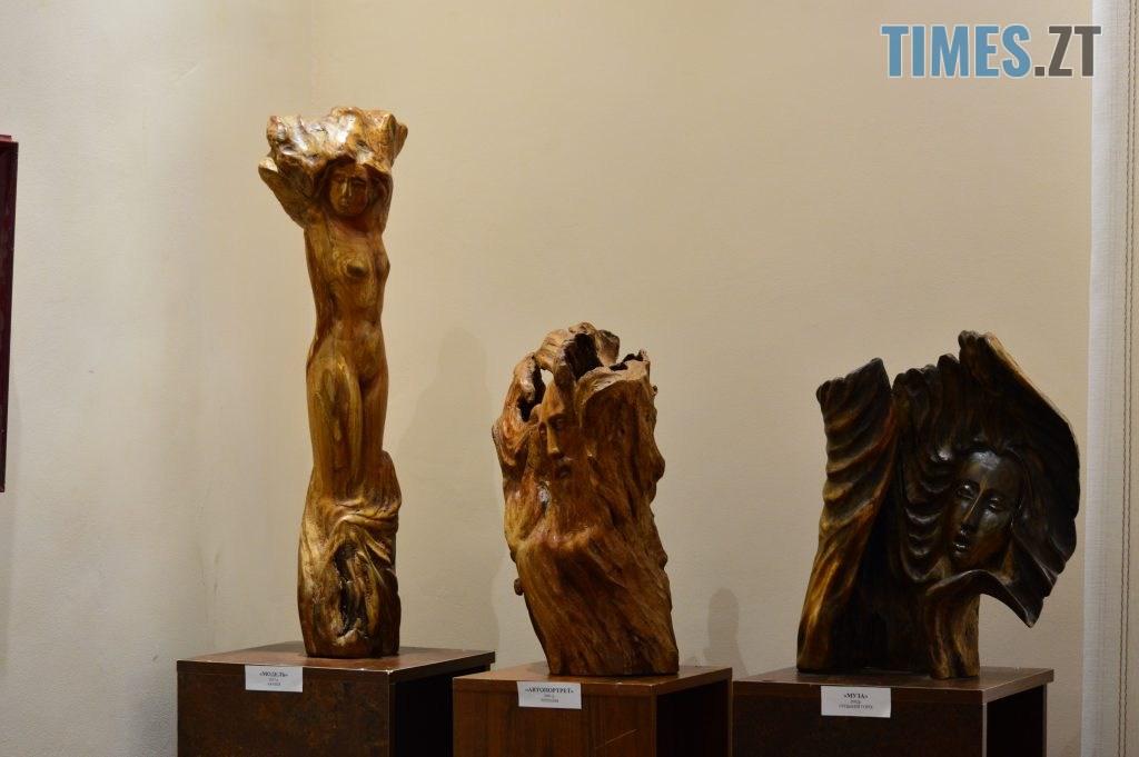 DSC 0409 1024x681 - Скульптури зі старого дерева та вражаючі картини: У Домі української культури триває виставка «Лісові фантазії» (ФОТО)
