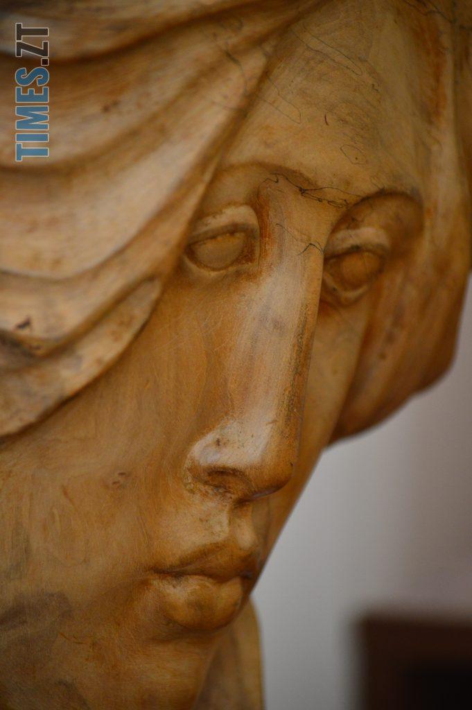 DSC 0411 2 e1580725078859 681x1024 - Скульптури зі старого дерева та вражаючі картини: У Домі української культури триває виставка «Лісові фантазії» (ФОТО)