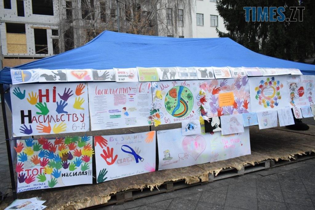 a3fa9d51 e578 4388 aae4 56888e6e1319 1024x684 - Імбирні чоловічки, цукерки, браслети та інформаційні листівки — у Житомирі відбулась всеукраїнська акція «#ДійПротиНасильства» (ФОТО)