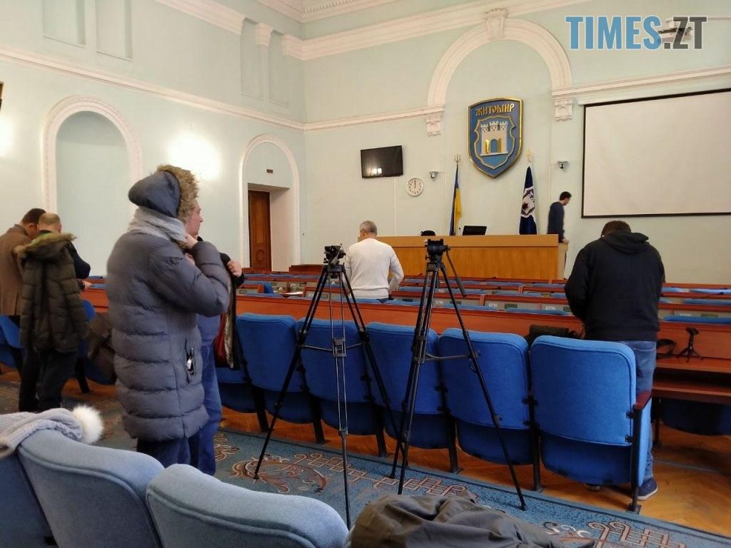 photo5240475033518844835 1024x768 - Житомирський міський голова зібрав позачергову сесію, на яку ні він, ні депутати не з'явилися (ФОТО)