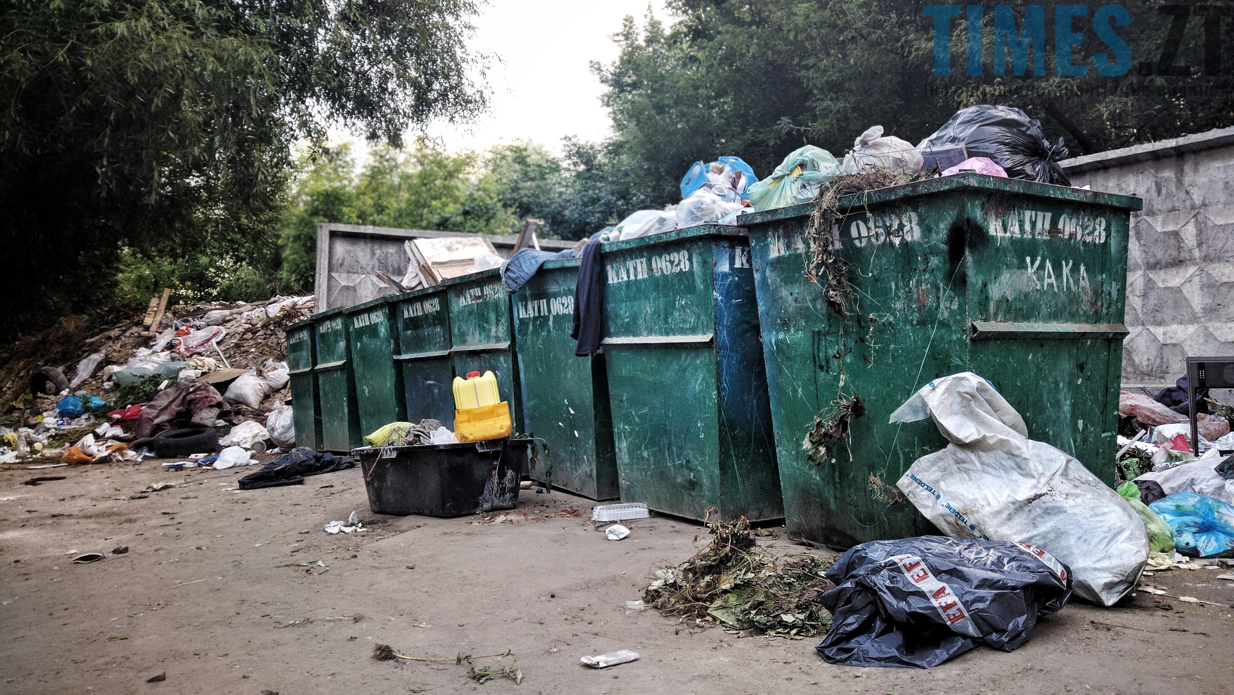Звалище сміття біля баків  | TIMES.ZT