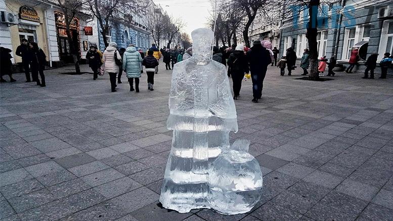 1 1 - У Житомирі до Різдва встановили льодяні фігури ... не на довго