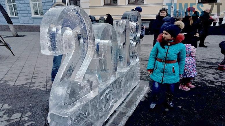 2 1 - У Житомирі до Різдва встановили льодяні фігури ... не на довго