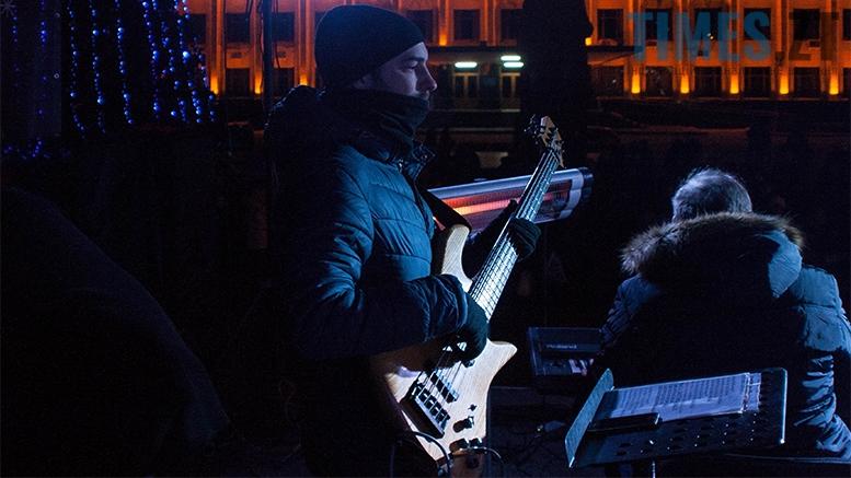 24 - На фестивалі Різдвяного Джазу у Житомирі танцювали на морозі