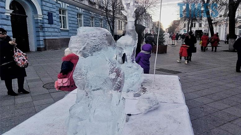 3 1 - У Житомирі до Різдва встановили льодяні фігури ... не на довго