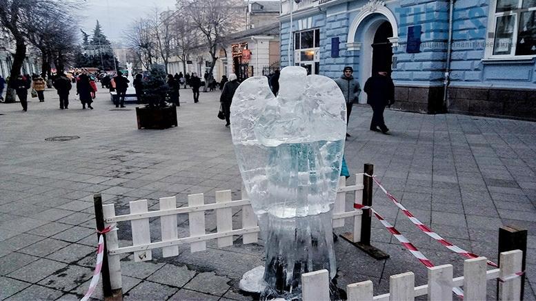 6 1 - У Житомирі до Різдва встановили льодяні фігури ... не на довго