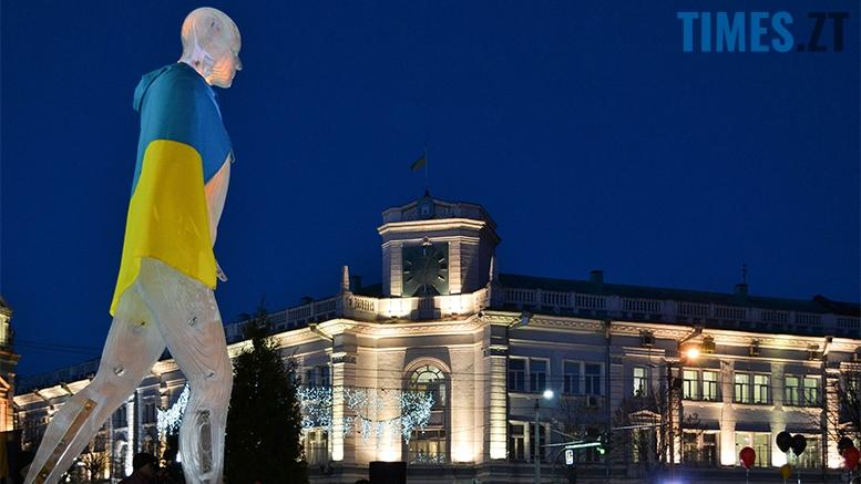 превью - Пам'ятник Небесній Сотні у Житомирі вкрили національним прапором (фото, відео)