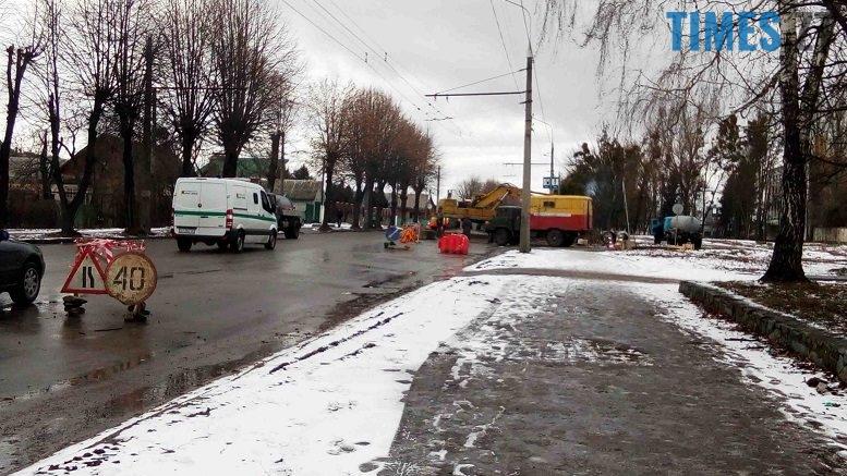 P80131 132132 edited 777x437 - «Проклята вулиця»: на Східній знову яма. Комунальний транспорт не ходить