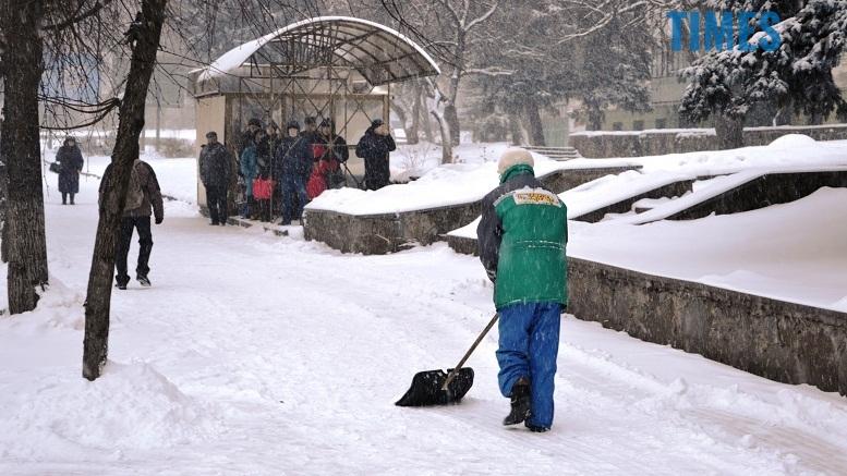 1 - Перший день весни. Житомир засипає снігом. З лопатами тільки жінки