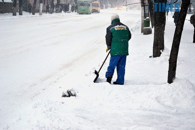 DSC 1714 - Перший день весни. Житомир засипає снігом. З лопатами тільки жінки