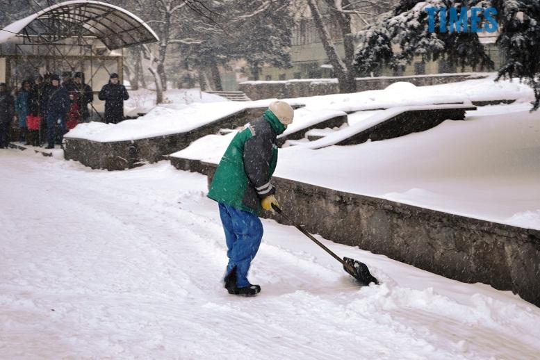 DSC 1715 - Перший день весни. Житомир засипає снігом. З лопатами тільки жінки