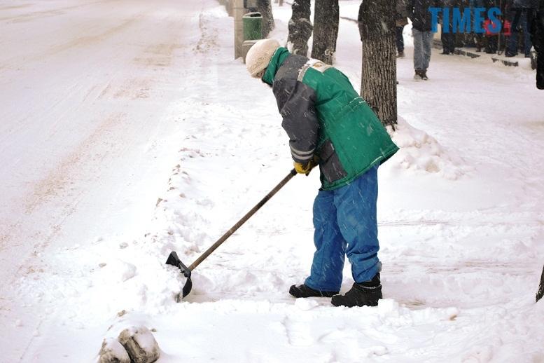 DSC 1718 - Перший день весни. Житомир засипає снігом. З лопатами тільки жінки