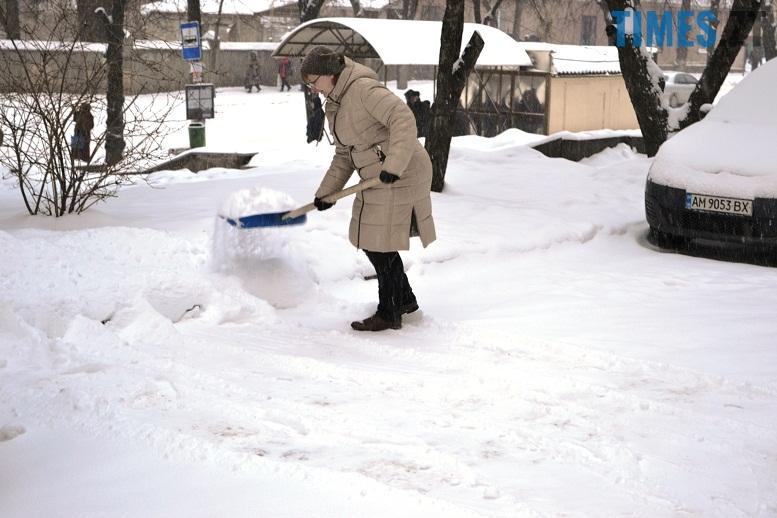 DSC 1723 - Перший день весни. Житомир засипає снігом. З лопатами тільки жінки
