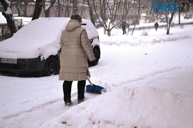 DSC 1726 - Перший день весни. Житомир засипає снігом. З лопатами тільки жінки