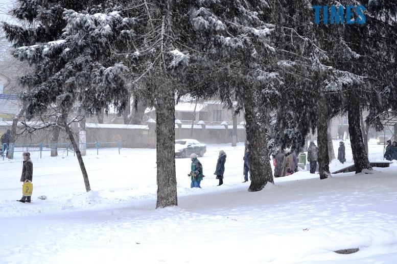DSC 1730 - Перший день весни. Житомир засипає снігом. З лопатами тільки жінки