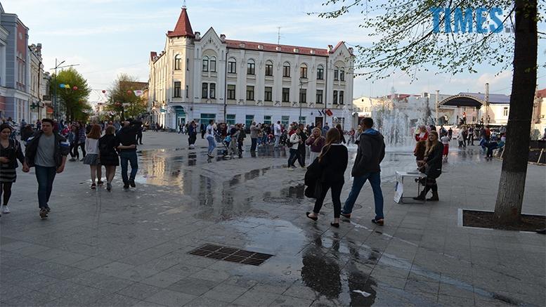 имени 21 - Замість фонтану відкрили душову. Вода тече по Михайлівській (фото)