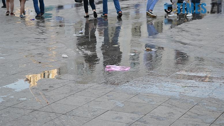 имени 22 1 - Замість фонтану відкрили душову. Вода тече по Михайлівській (фото)