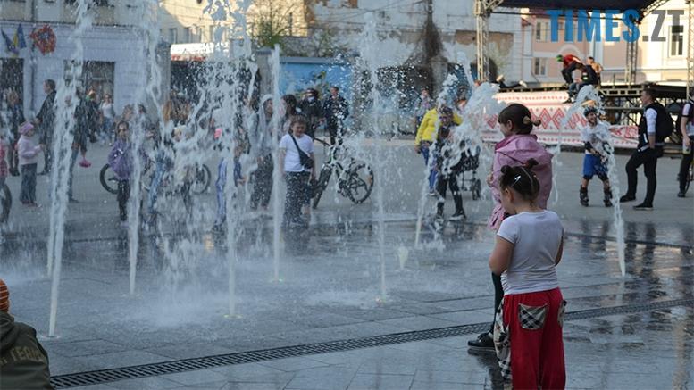 имени 24 - Замість фонтану відкрили душову. Вода тече по Михайлівській (фото)