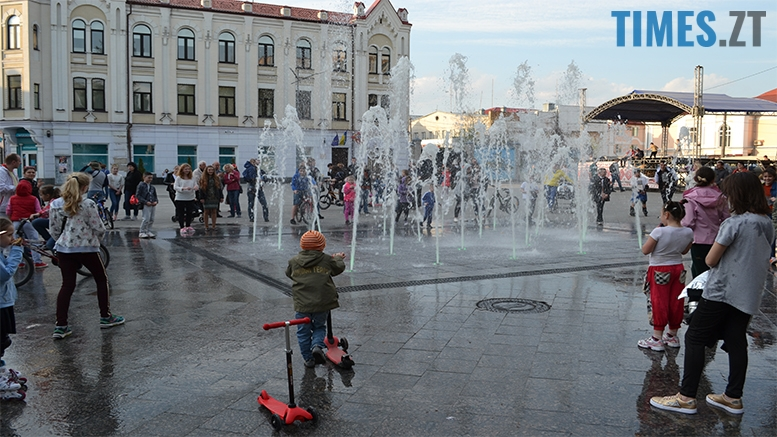 имени 25 - Замість фонтану відкрили душову. Вода тече по Михайлівській (фото)