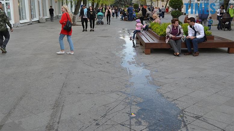 имени 26 - Замість фонтану відкрили душову. Вода тече по Михайлівській (фото)