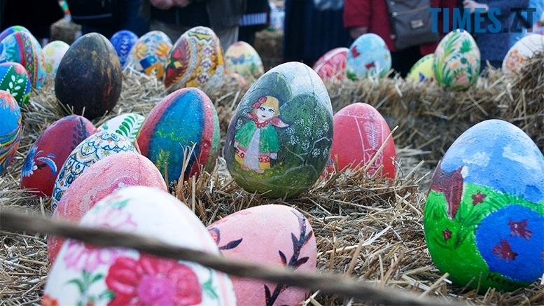 .jpg - Житомиряни кажуть, що на Михайлівській - писанки з яєць динозаврів