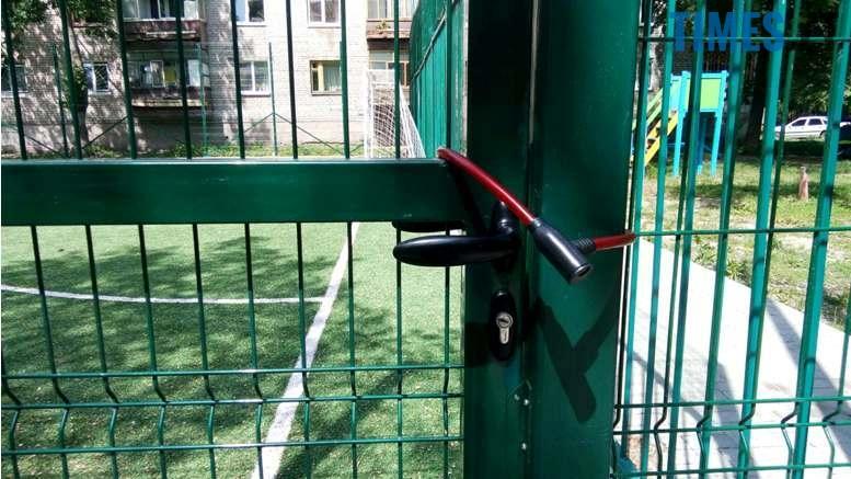 11 - Житомирянин захопив спортивний майданчик і нікого туди не пускає
