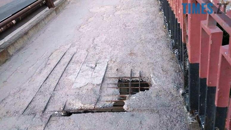 16 - Шок-фото: богунский міст розвалюється прямо під ногами пішоходів