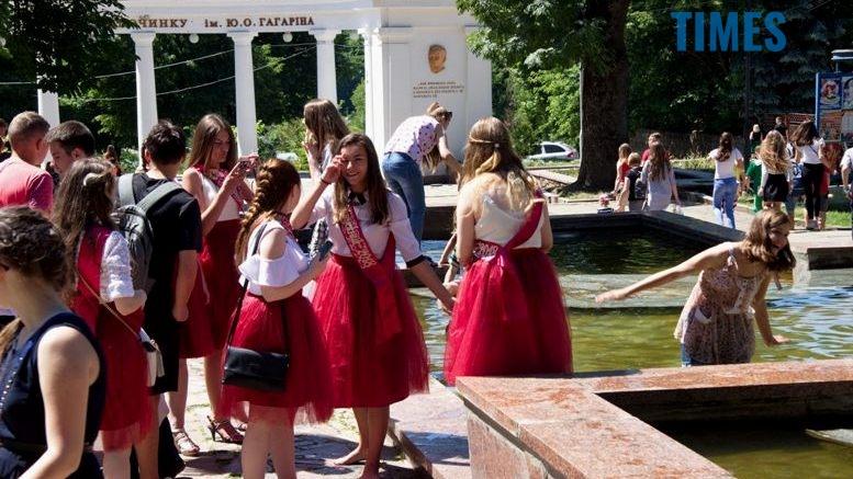 2 5 - Випускники-2018: дівчата у фонтанах, хлопці з пляшками у пакетах