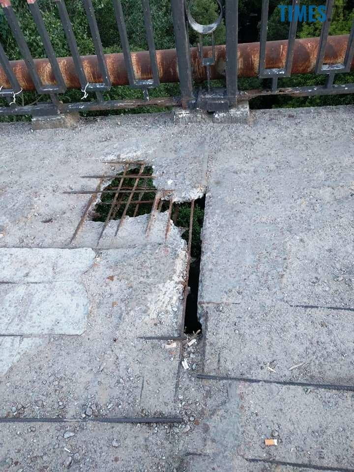 2 13 - Шок-фото: богунский міст розвалюється прямо під ногами пішоходів