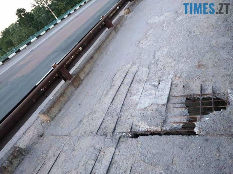 3 11 - Шок-фото: богунский міст розвалюється прямо під ногами пішоходів