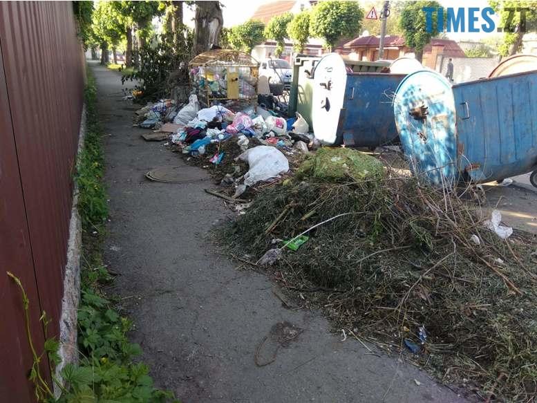 6 4 - Центр «міста з кольоровими парасольками» захлинається у смітті