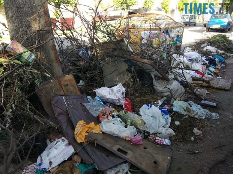 7 2 - Центр «міста з кольоровими парасольками» захлинається у смітті