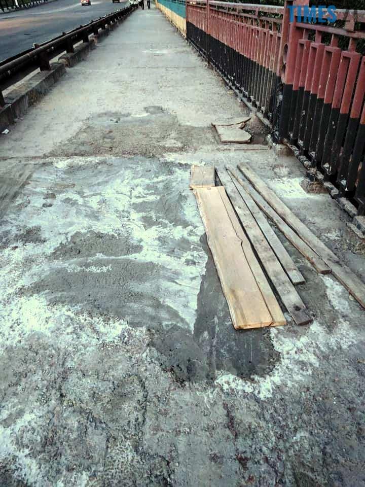 7 6 - Шок-фото: богунский міст розвалюється прямо під ногами пішоходів